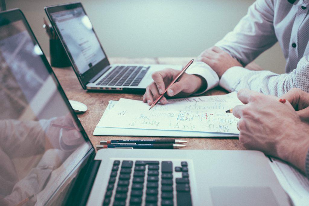 Agent immobilier en train d'estimer valeur bien sur son ordinateur